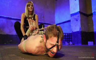 Хуя госпожа пинает по яйцам страпонит раба нежный секс
