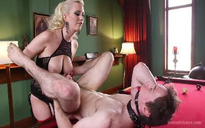 Порно зрелая со страпоном